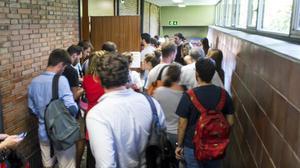 Alumnosen la UB acceden al aula para repetir el examen de Administracion de Empresas que fue robado en la convocatoria de julio.