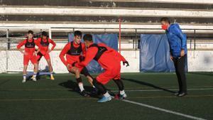 Luis García (derecha) sigue el entrenamiento del juvenil A de la Damm, el pasado miércoles.