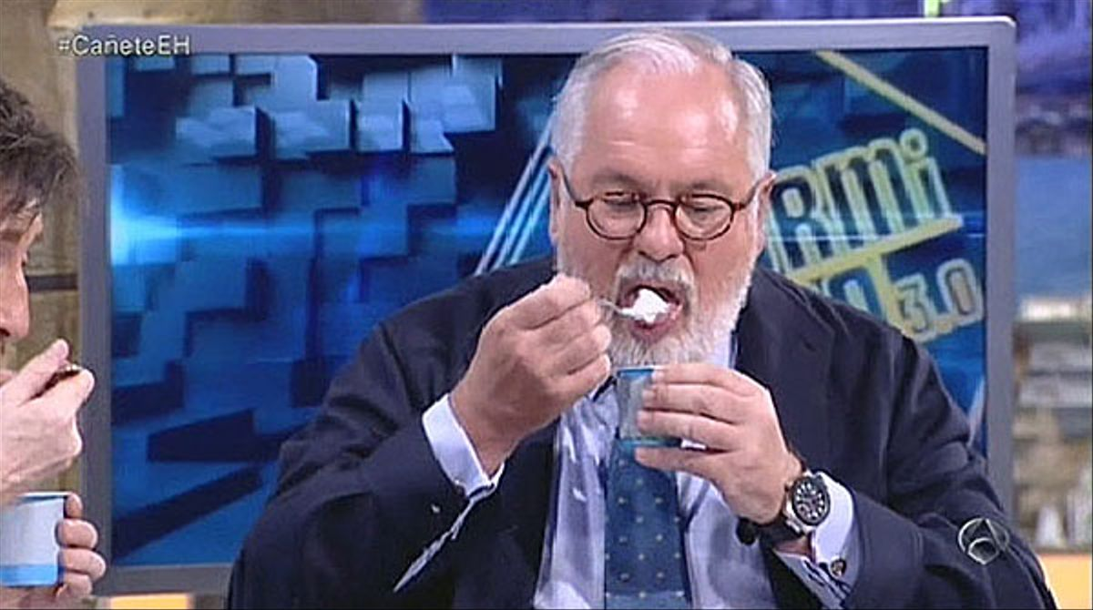 Arias Cañete se come un yogur que caducó hace 22 días (A-3 TV).