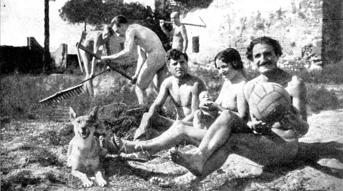 Nicolás Capo (derecha), con su mujer, Ramona, que lleva en brazos a su hijo Apolo, en la colonia nudista de Gavà, en 1932.