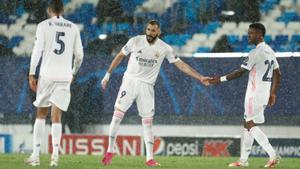 El madridista Benzema (c) celebra el gol del empate ante el Chelsea.