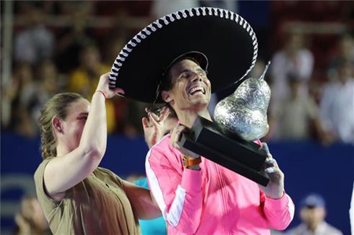 Nadal, con el trofeo de Acapulco de 2020.