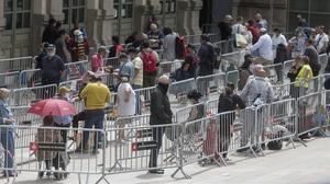 Larga colaantela estación del Nord de Barcelona para el reparto de alimentos el pasado 16 de mayo, en pleno confinamiento.