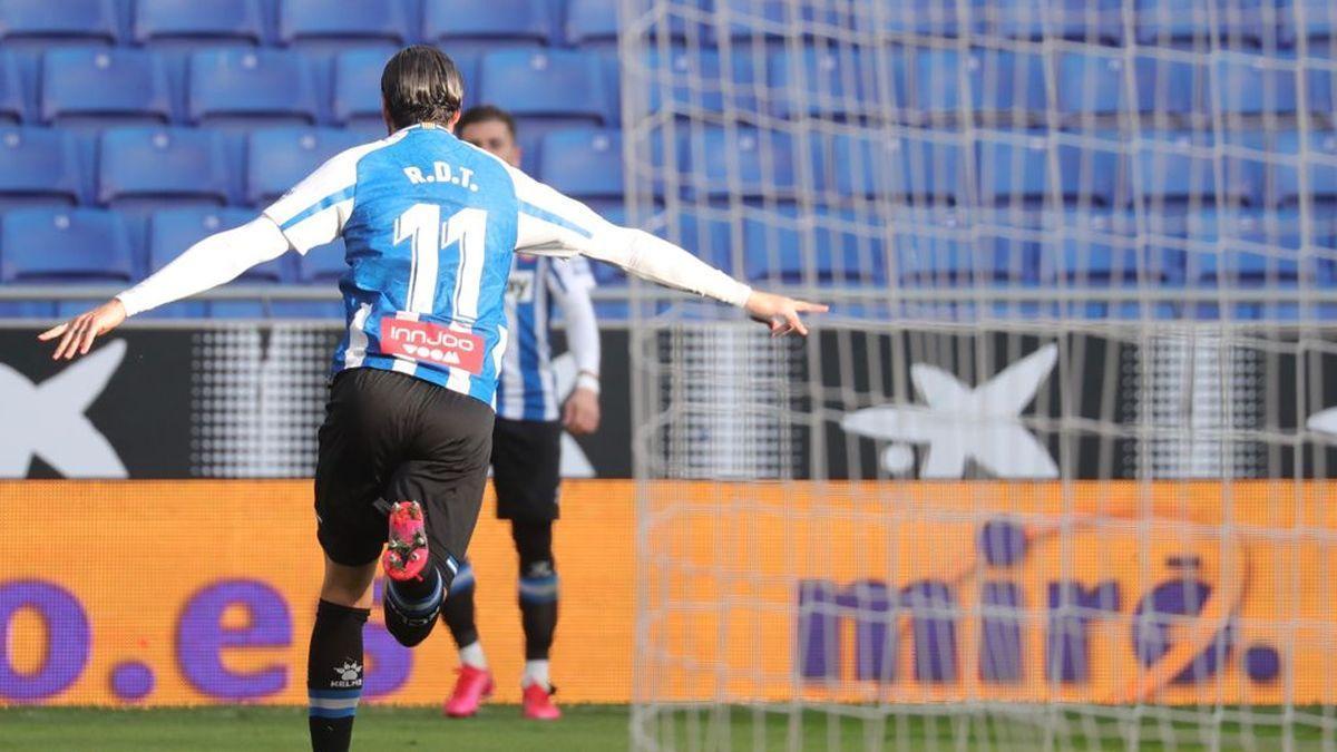 Raúl de Tomás corre a celebrar el gol con Embarba