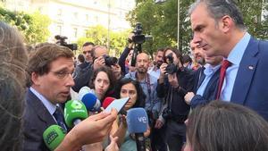 El alcalde de Madrid José Luis Martínez-Almeida (i) y elportavoz de Vox en el Consistorio Javier Ortega Smith (d).