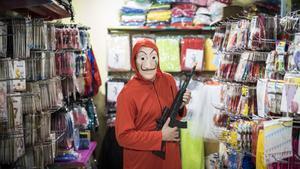 Un superventas seguro: la máscara de Dalí y el mono rojo de los atracadores de 'La casa de papel'.