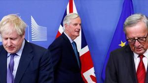 El primer ministro británico,Boris Johnson, el presidente de la Comisión Europea, Jean-Claude Juncker, y el negociadorpara el 'brexit' de la UE,Michel Barnier.