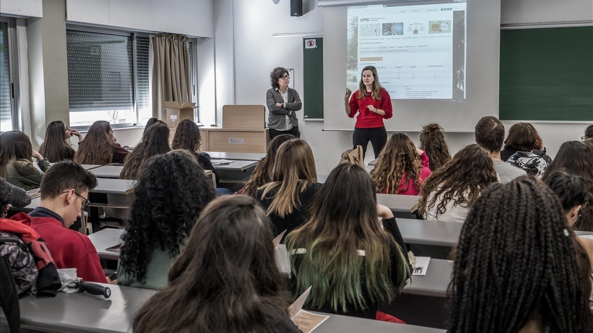 Estudiantes de bachillerato asisten a la jornada de presentación del nuevo grado universitario de Estudios de Género en la UAB, el pasado martes.
