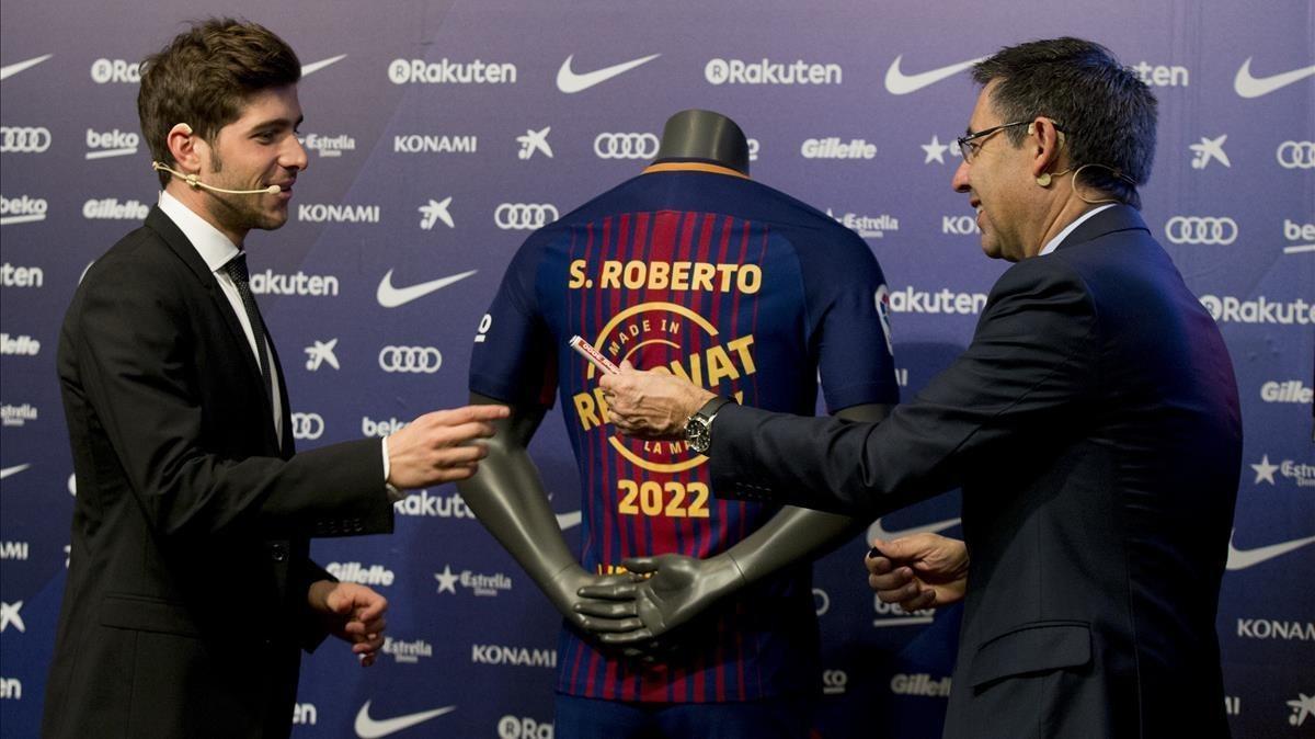 SergiRoberto junto al presidente azulgrana Josep Maria Bartomeu en el acto de renovación de su contrato hasta el 2022.