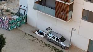 Dos personas duermen en un colchón bajo un balcón en el jardín interior de Sancho de Ávila, Zamora, Pamplona y Tànger, el pasado 23 de agosto.