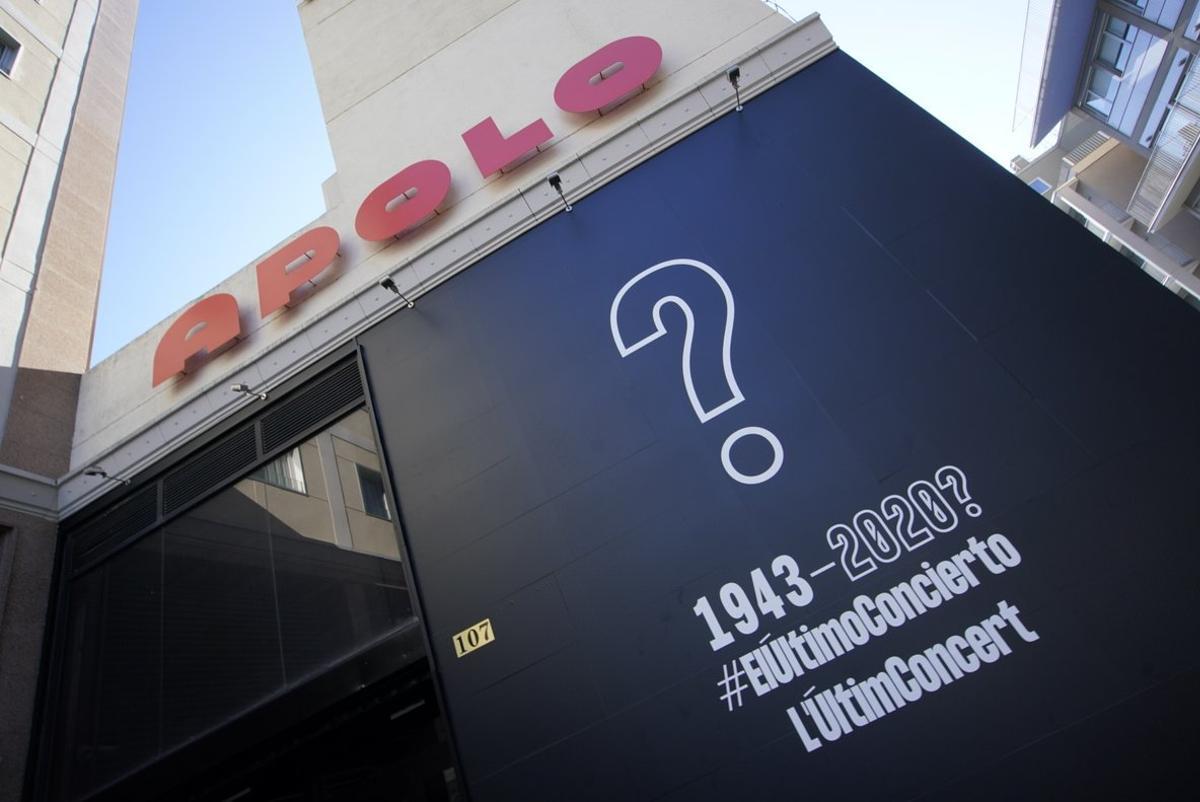 Campaña contra el cierre de las salas de concierto en las fachadas de varias salas, como la del Apolo,en Barcelona.