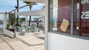 ¡¡El lunes abrimos terraza!!, anuncia un cartel del restaurante Vegans & Roses, ubicado dentro del Port Ginesta, en Les Botigues de Sitges (Garraf), que ha tenido que ser retirado.