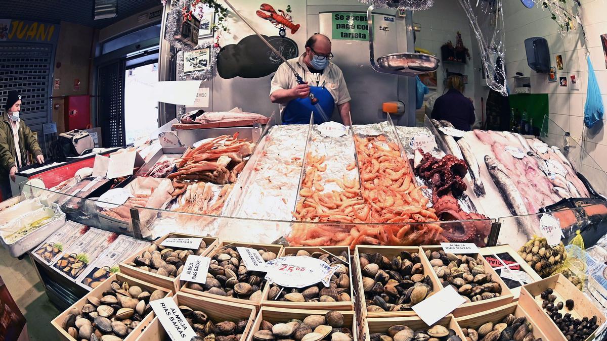 Puesto de pescado y marisco en unmercado.