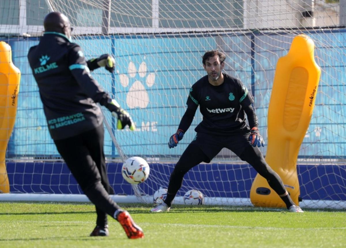 Diego López se pone a prueba en un entrenamiento con Nkono.