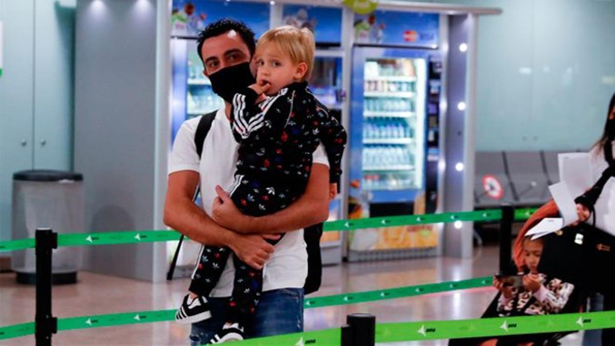 Xavi, con su hijo en brazos, este lunes a su llegada al aeropuerto de El Prat.