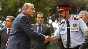 El coronel de la Guardia Civil,Diego Pérez de los Cobos, saluda al mayor de los Mossos, Josep Lluís Trapero.