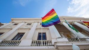 La bandera arcoíris del ayuntamiento de Cádiz que el juzgado de lo contencioso-administrativo número 1 de Cádiz ha ordenado retirar tras admitirlas medidas cautelarísimas solicitadas por la AsociaciónAbogados Cristianos.