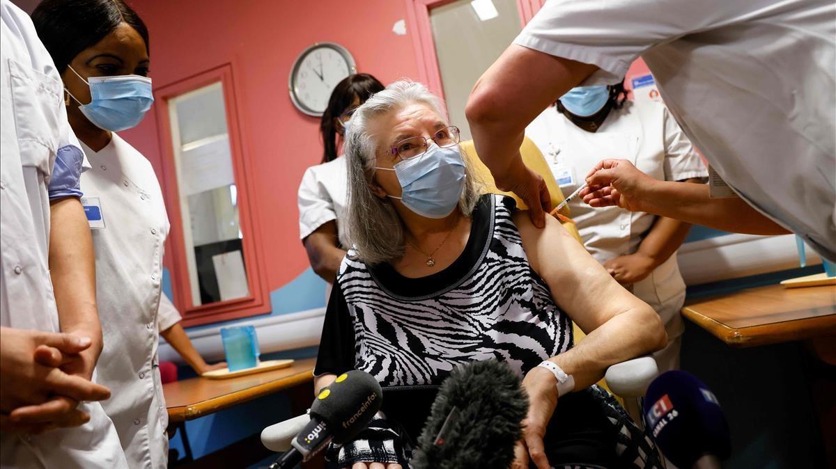 Mauricette, de 78 años, la primera francesa en ser vacunada, recibe la dosis en el hospital Rene-Muret en Sevran, a las afueras de París, el pasado 27 de diciembre.