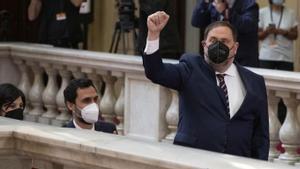 Oriol Junqueras sube la escalinata principal del Parlament, con la sesión de investidura en su ecuador.