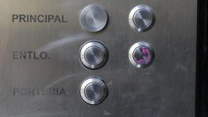 Interfono del 473 de Gran Via, con el entresuelo segunda pintado con un pintauñas rosa.