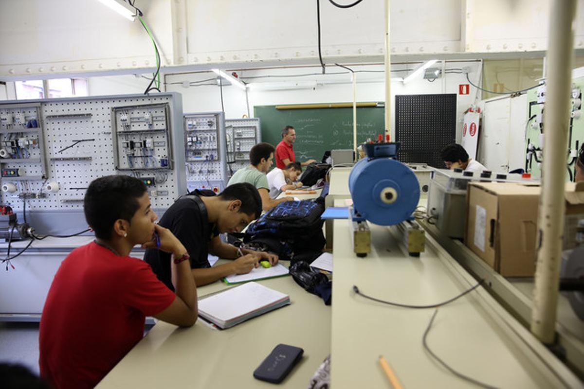Una clase de prácticas de electricidad en el Instituto de FP Rambla de Prim, en Barcelona.