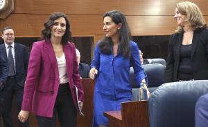 Isabel Díaz Ayuso (izquierda) y Rocío Monasterio (derecha)en la Asamblea de Madrid.