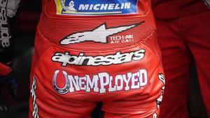 El líder de MotoGP, el italiano Abdrea Dovizioso (Ducati), ha aparecido hoy, en San Marino, con un letrero en el culo de su mono que ponía desempleado, sin trabajo.