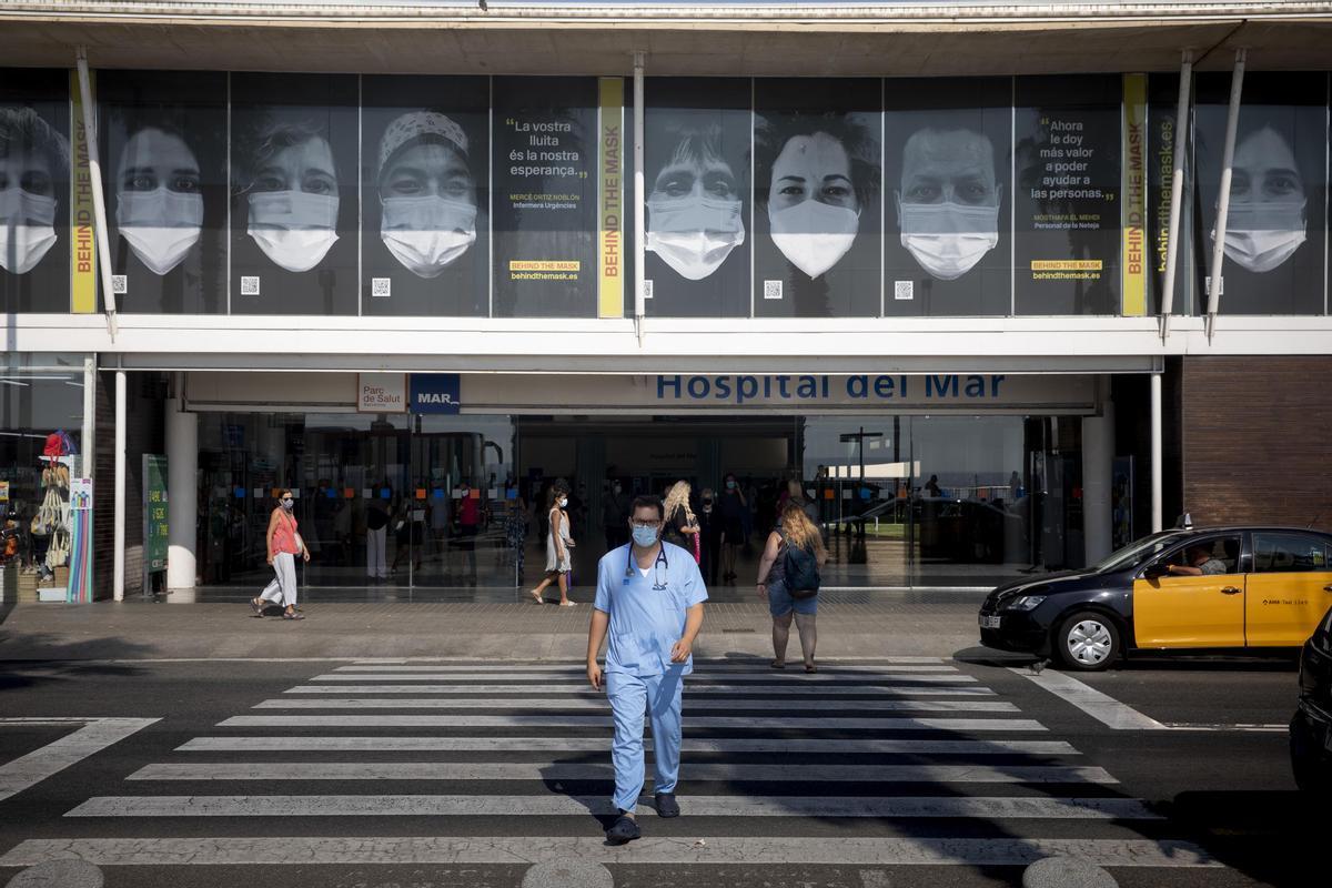 El proyecto artístico 'Behind the mask', que homenajea a los sanitarios en las principales capitales europeas, llega a la fachada de los hospitales de Barcelona.