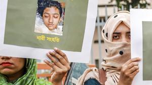 Una joven sostiene una pancarta con una imagen de Nusrat en una protesta por su asesinato