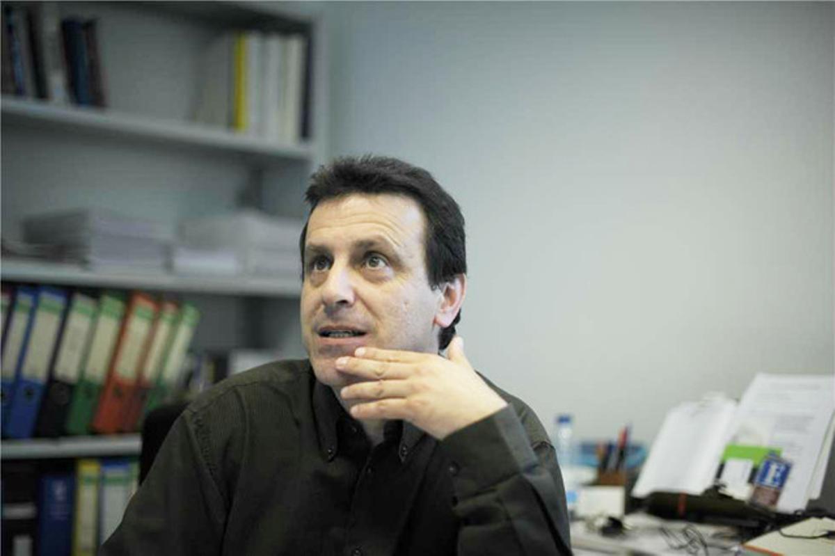 Iñaki García Arrizabalaga, en su despacho de la Universidad de Deusto.