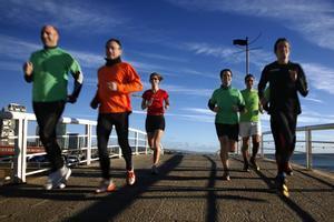 Deportistas corriendo en el paseo marítimo, en Poblenou (imagen de archivo)