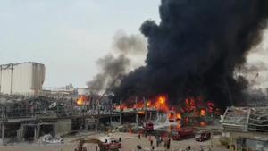 Gran incendi entre les ruïnes del port de Beirut