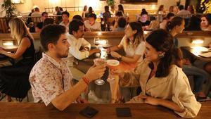 Restaurante Benzina y sus cócteles inspirados en las canciones de su colección de vinilos.
