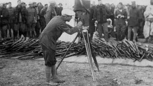 El corresponsal Josep Navarro filma la entrega de armas de los rebeldes en el zoco El Arbaa, al norte de Chauen, en 1922.