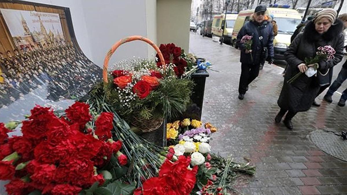 La aeronave perdió el contacto tras despegar del aeropuerto de Sochi.Ciudadanos rusos depositan flores en la sede del Coro del Ejercito Rojo.