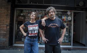 Reme y Juanra, creadores de la camiseta 'Santako no es BCN'.