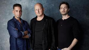 Dan Reed (en el centro) con Wade Robson y James Safechuck, que denuncian en el documental los abusos de Jackson.