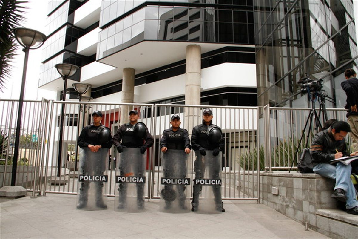 Agentes de policía protegen la Embajada del Reino Unido en Quito, el jueves.