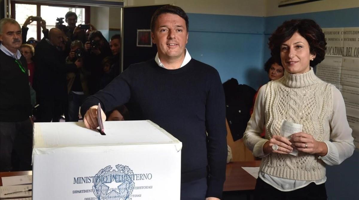 Renzi y su mujer, Agnese, votan en Pontassieve, cerca de Florencia, donde el 'premier' ejerció como alcalde.
