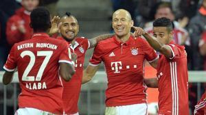 Robben celebra su gol junto a Alaba, Vidal y Thiago, este miércoles en el Allianz Arena.