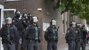 Un grupo de guardias civiles custodian, el domingo, la puerta de un CAP de Sant Andreu de la Barca que fue un punto de votación del referéndum.
