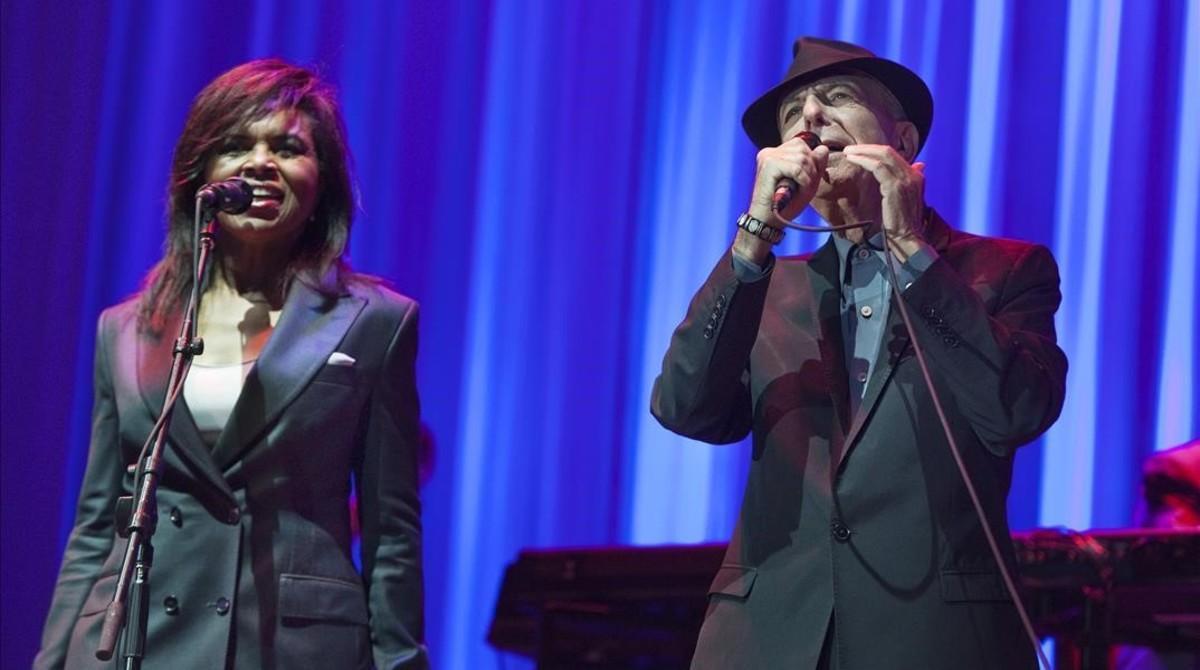 Leonard Cohen con la corista Sharon Robinson el 3 de octubre del 2012.