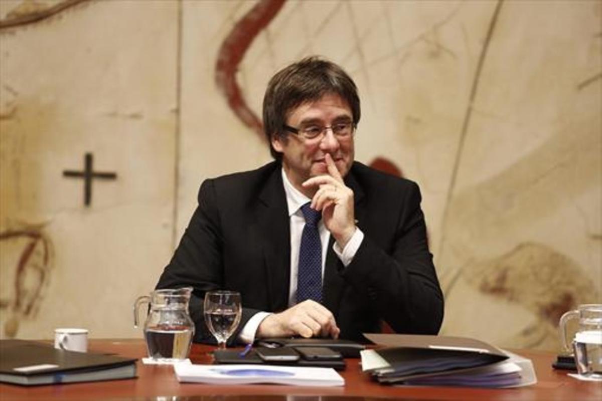 El 'president' Carles Puigdemont, en una reunión de Govern.