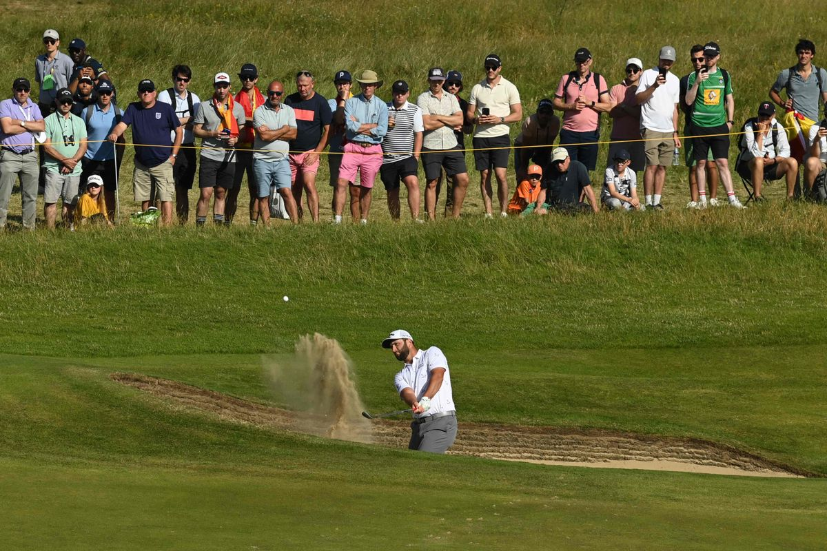 Rahm saca la bola de un bunker en la tercera jornada del Open