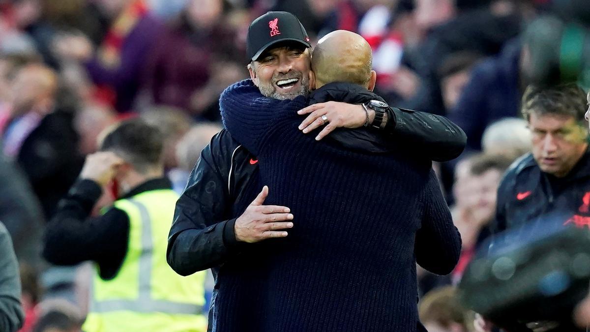 Klopp y Guardiola, de espaldas, se felicitan al final del encuentro.