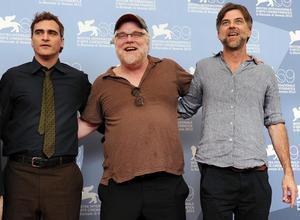 De izquierda a derecha, Joaquin Phoenix, Philip Seymour Hoffman y Paul Thomas Anderson posan en Venecia en septiembre del 2012.
