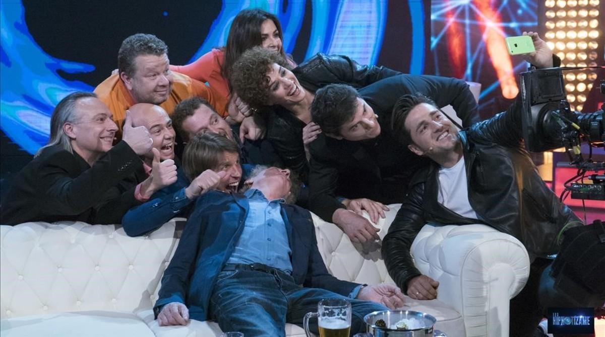 Los invitados al programa sobre hipnosis de Antena 3, en un divertido del programa en el que posan para un 'selfie'.