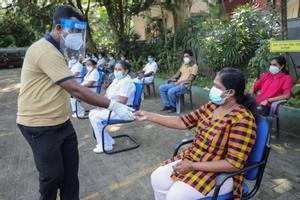 Sanitarios de Sri Lanka participan en un ensayo sobre el procedimiento de vacunación este sábado en Colombo