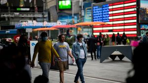 Gente paseando por Times Square en Manhattan en pandemia