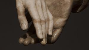 Detalle de las manos de la escultura de los amantes de Teruel, obra de Juan de Ávalos.